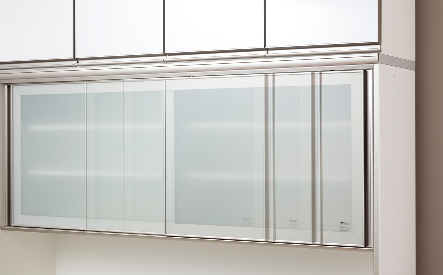 ガラス扉の引き戸は、ゆっくりと閉じるシングルソフトクローズ